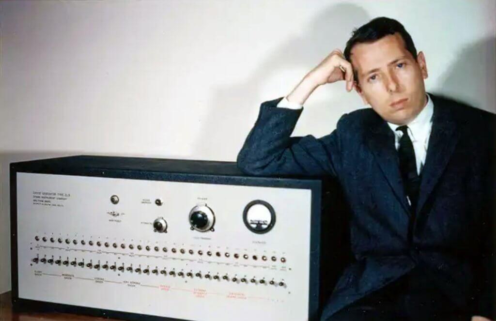 Stanley Milgram vicino alla macchina utilizzata per il suo esperimento